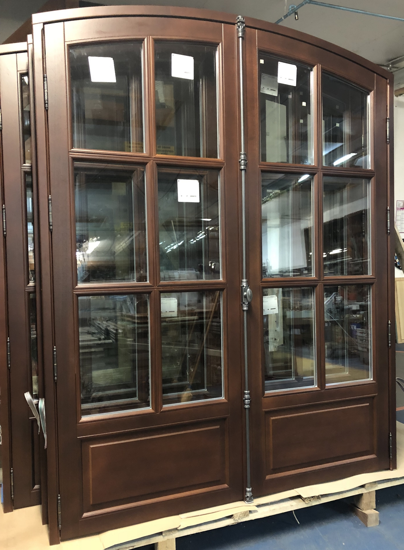 Porte-fenêtre gamme Authentique, lasure chêne foncé, cintre surbaissé