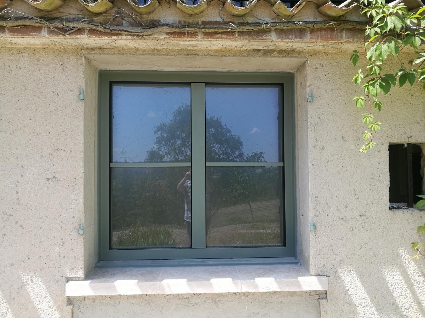Fenêtre triple vitrage mixte bois-aluminium à ouvrant-caché